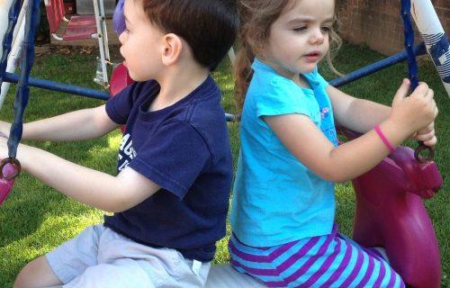 Dreng og pige på plastgynge